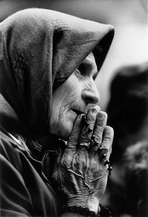 107_albanian_women_praying